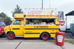 Amerikansk skolbuss som är i bruk som en matlastbil Arkivfoton