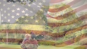 Amerikansk soldat som hem kommer till hans son stock video