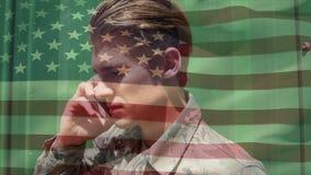 Amerikansk soldat som kallar på en mobiltelefon arkivfilmer