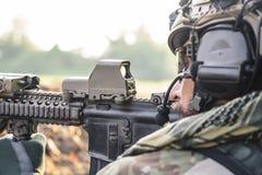Amerikansk soldat som siktar ett gevär arkivbild