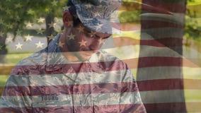 Amerikansk soldat som skriver på en minnestavla lager videofilmer