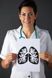 Amerikansk teckning för sjuksköterskaholdingfärgpulver av lungs royaltyfri bild