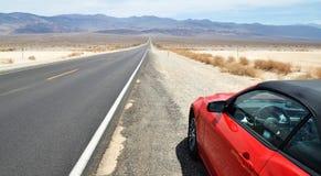 Amerikansk väg och bil i Death Valley Arkivfoton
