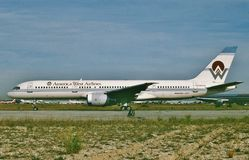 Amerikansk västra flygbolagBoeing B-757 landning fotografering för bildbyråer