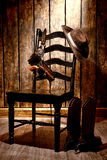 Amerikansk västra legendcowboy Hat och vapen på stol Royaltyfria Bilder