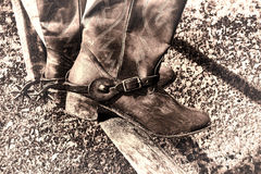 Amerikansk västra rodeotappningcowboy Boots på staketet Arkivfoto
