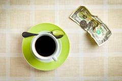 Amerikansk valuta- och kaffekopp Arkivbilder