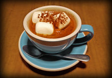 Amerikansk varm choklad med marshmallower arkivfoton