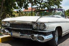 Amerikansk vit Oldtimer för HDR Kuba som parkeras i havana Royaltyfria Foton