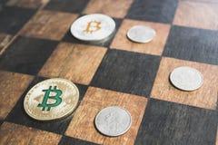 Amerikanska cent ligger och bitcoinlögnen på schackbrädet, begreppet av konfrontation mellan dollaren och cryptocurrencyen Arkivbilder