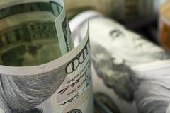 amerikanska dollar En bunt av hundra dollarräkningar close upp royaltyfri foto