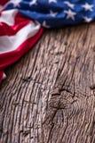 Amerikanska dollar en USA-flagga Stäng sig upp av amerikanska flaggan och kontanta pengar för dollar på gammalt ekträ Royaltyfria Bilder