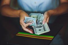 Amerikanska dollar i händerna, kvinnor som räknar pengar Arkivfoton