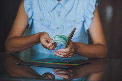 Amerikanska dollar i händerna, kvinnor som räknar pengar Royaltyfria Foton