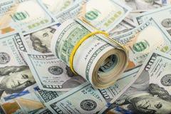 Amerikanska dollar i rulle Arkivfoton