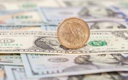 Amerikanska dollar kontanta mynt och sedlar Arkivbild