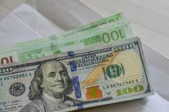 Amerikanska dollar- och eurosedlar arkivbild