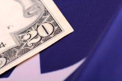 Amerikanska dollar på amerikanska flaggan Royaltyfri Bild