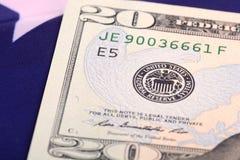 Amerikanska dollar på amerikanska flaggan Arkivfoto