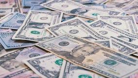 Amerikanska dollar räkningar av den olika valörnedgången på tabellen arkivfilmer