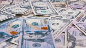 Amerikanska dollar räkningar av den olika valörnedgången på tabellen stock video