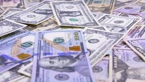 Amerikanska dollar räkningar av den olika valörnedgången på tabellen lager videofilmer