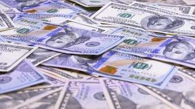 Amerikanska dollar räkningar av olika valörer som roterar på tabellen arkivfilmer