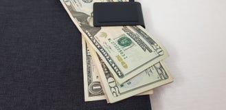 Amerikanska dollarräkningar catched i en magnet arkivfoton