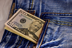 Amerikanska dollarräkningar i fick- bakgrund Royaltyfri Foto