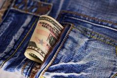 Amerikanska dollarräkningar i fick- bakgrund Arkivbilder