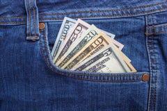 Amerikanska dollarräkningar i fick- bakgrund för jeans Royaltyfri Bild