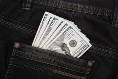 Amerikanska dollarräkningar i fick- bakgrund för jeans Royaltyfri Foto