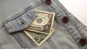 Amerikanska dollarräkningar i fick- bakgrund för jeans Dollar i a Arkivfoto