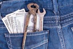 Amerikanska dollarräkningar och hjälpmedel i jeans stoppa i fickan Royaltyfria Bilder