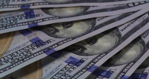 Amerikanska dollarsedlar roterar på tabellen arkivfilmer