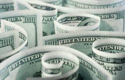 Amerikanska dollarsedlar rullade, buktade i olika riktningar 5000 roubles för modell för bakgrundsbillspengar Royaltyfria Bilder