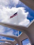 Amerikanska flaggan över pärlemorfärg hamn Royaltyfria Foton