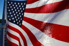 Amerikanska flaggan Backlit på sjön Arkivfoton