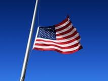 Amerikanska flaggan flygas på den halva personalen Royaltyfria Bilder