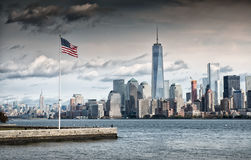 Amerikanska flaggan framme av Freedom Tower, New York royaltyfri bild