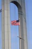 Amerikanska flaggan framtill av den Verrazano bron i Staten Island Royaltyfria Foton