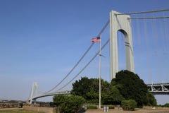Amerikanska flaggan framtill av den Verrazano bron i Staten Island Royaltyfri Foto