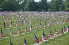 Amerikanska flaggan i en kyrkogård arkivfoto