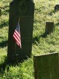 Amerikanska flaggan i forntida kyrkogård Arkivbild