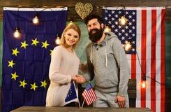 Amerikanska flaggan med amerikanska dollar och den europeiska fackliga flaggan Affärsfinansbakgrund Royaltyfria Foton