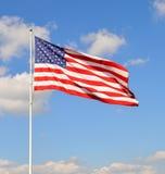 Amerikanska flaggan med en bakgrund för blå himmel Royaltyfri Bild