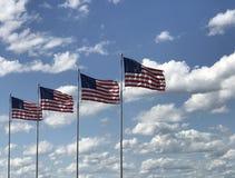 Amerikanska flaggan med en bakgrund för blå himmel fotografering för bildbyråer