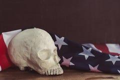Amerikanska flaggan med en mänsklig skalle Arkivfoto