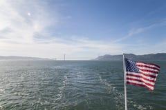Amerikanska flaggan med golden gate bridge Arkivbild