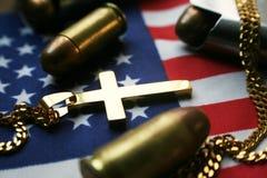 Amerikanska flaggan med guldkorset med 45 auto kulor Arkivfoto